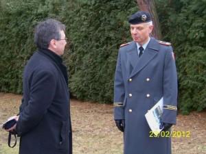 Distanziert, aber im Gespräch: Der ehemalige sowjetische Oberleutnant Wladimir Wassiliew (links) und Brigadegeneral Jürgen Weigt, Kommandeur der Heeresschule Dresden.