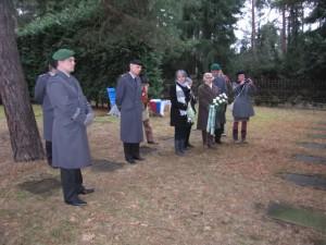 Die geladenen Gäste während der Ansprache Von FK-Sprecher Dietmar Groschischka anlässlich der Feierstunde für die einfachen sowjetischen Soldaten auf dem Nordflügel.