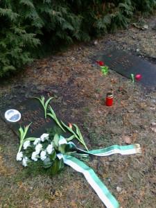 Das Grab des Gefreiten Gennadij K. Malkin mit Blumengesteck des Freundeskreises und des Volksbundes sowie Blumen der Gäste.
