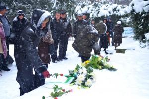 Blumen für die Toten - und die Hoffnung auf einen respektvolleren Umgang mit den Zeugnissen unserer Vergangenheit. Im Vordergrund: Alevtina Böttner, Honorarkonsulat der Republik Kasachstan.