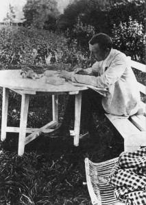 Sergej Rachmaninow bei der Arbeit im Garten des Familienlandsitzes im russischen Iwanowka.