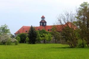 Das ehemalige Stabsgebäude ist eines der wenigen erhaltenen Gebäude in der Garnisonsstadt Zeithain. Links der Apfelbaum in voller Blüte.